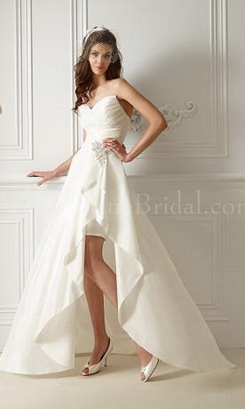 Тем, кто стремится к индивидуальности, дизайнеры предлагают ретро-платья длиной до колена или короткие свадебные платья