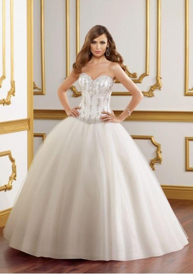 Истории свадебных платьев с пышной юбкой началась в 19 веке. В Европе стали популярны именно такие формы платьев для свадеб. В таком наряде сочеталась