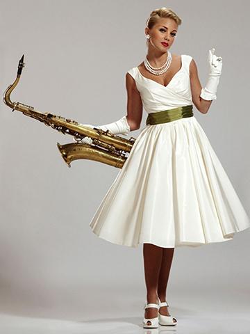Чтобы создать образ невесты стиляги, вам потребуется свадебное платье в стиле 60 х годов с пышной юбкой и яркая отделка платья или же яркие аксессуары