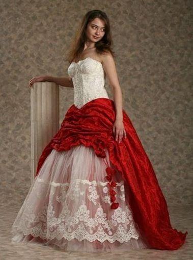 Красное платье можно увидеть на современных невестах довольно часто. То есть, оно где-то второе по популярности среди подвенечных платьев